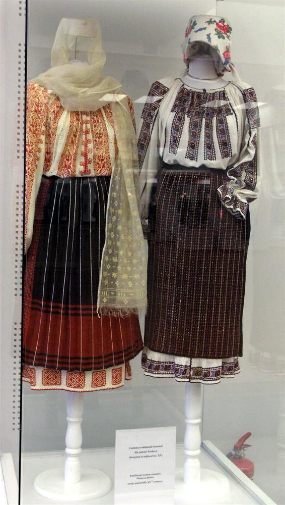 Costume populare femeieşti, din Prahova (Autor Andrada Daciana, Wikipedia)