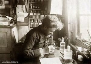 Emil-Racovita-in-laboratorul-de-pe-Belgica