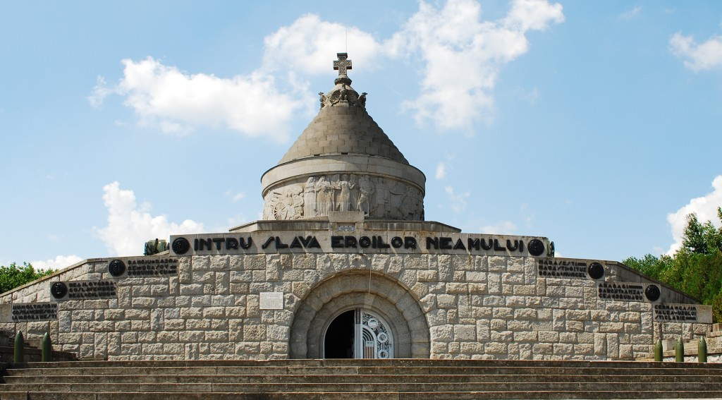 "Mausoleumul de la Mărăşeşti, Sursa: ""RO VN Marasesti mausoleum 3"" de Andrei Stroe - Operă proprie. Sub licență CC BY-SA 3.0 via Wikimedia Commons - https://commons.wikimedia.org/wiki/File:RO_VN_Marasesti_mausoleum_3.jpg#/media/File:RO_VN_Marasesti_mausoleum_3.jpg"