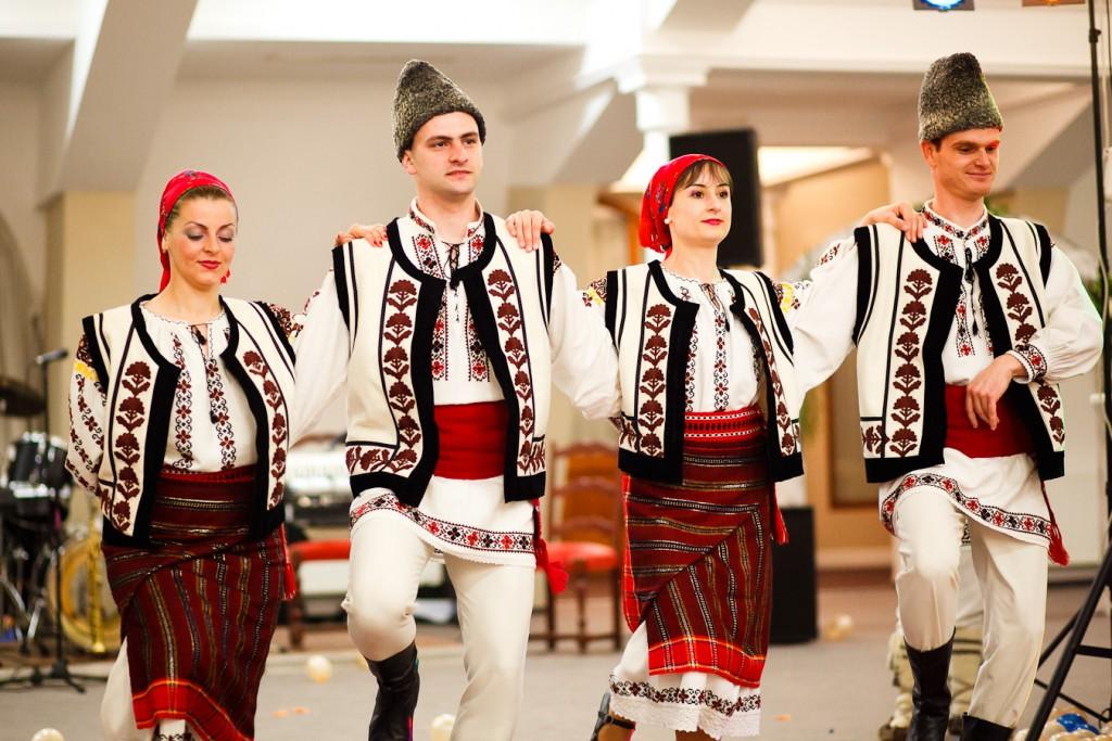 Costume populare româneşti (Sursa: http://ciobanasul.ro/?p=934)