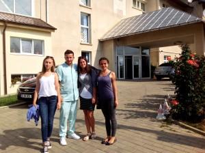 Prezentare de la dreapta la stânga: Mihaela, Ana, Ciprian Chelaru (kinetoterapeut)  și gabriela