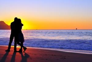 cuplu, mare, imbratisare