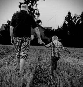 Tata de mâna cu fiul