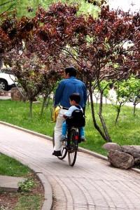Plimbare pe bicicleta alături de tata