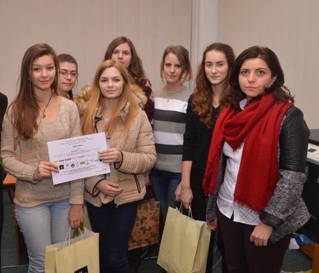 Diana, alături de doamna prof. Ingrid Lazăr și de alte participante din CNVA la concursul de informatică pentru fete, 2014
