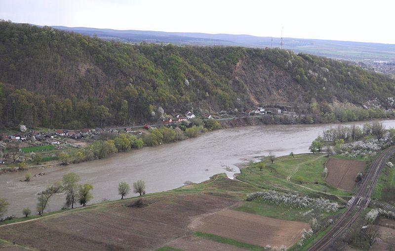 Râul Mureș văzut de pe culmea Cioaca Tăutului din județul Arad (foto Mircea Rareș Ţetcu, Wikipedia)