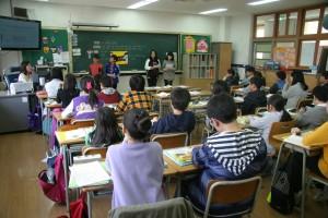 Copii în sala de clasă