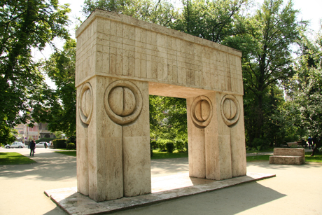 Poarta Sărutului, de Constantin Brâncuşi