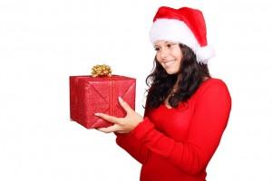 Moș Crăciun aduce cadouri