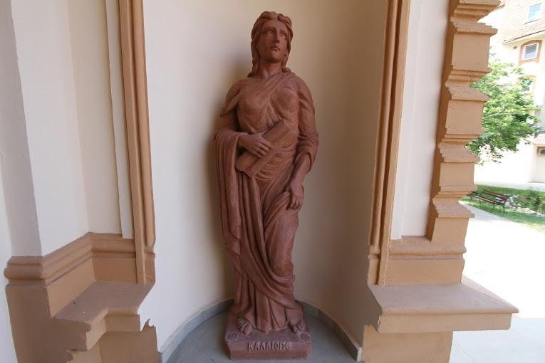 statuie femeie afara