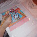 procesul de pictare al unui tricou
